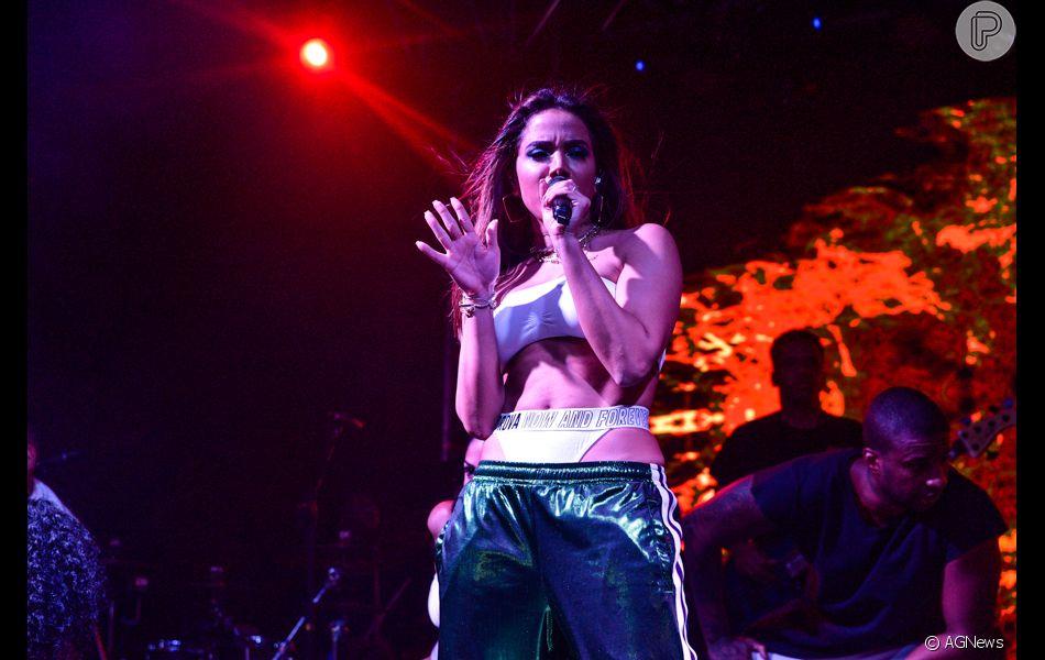 Look sporty sexy! Anitta usa lingerie à mostra e calça jogging Gucci em show na noite de sexta-feira, dia 22 de dezembro de 2018