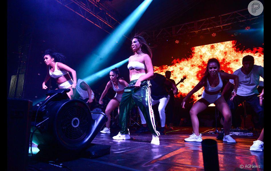 Anitta aliou conforto e sensualidade na apresentação em São Paulo ... c5fbc95ff7
