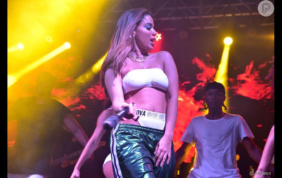 Anitta combinou um top faixa com calcinha de cintura alta para se  apresentar em São Paulo 143709a4dc