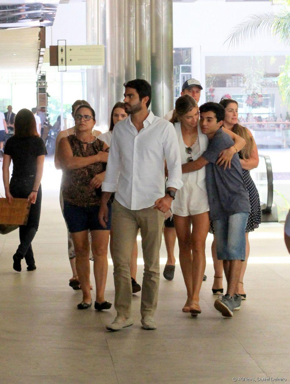 Grazi Massafera e namorado, Patrick Bulus, passeiam com família de atriz neste domingo, dia 23 de dezembro de 2018