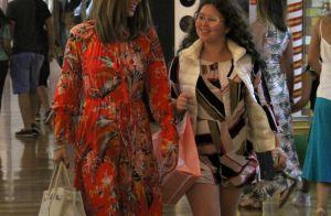 Às vésperas do Natal, Ana Furtado leva a filha às compras em shopping no Rio