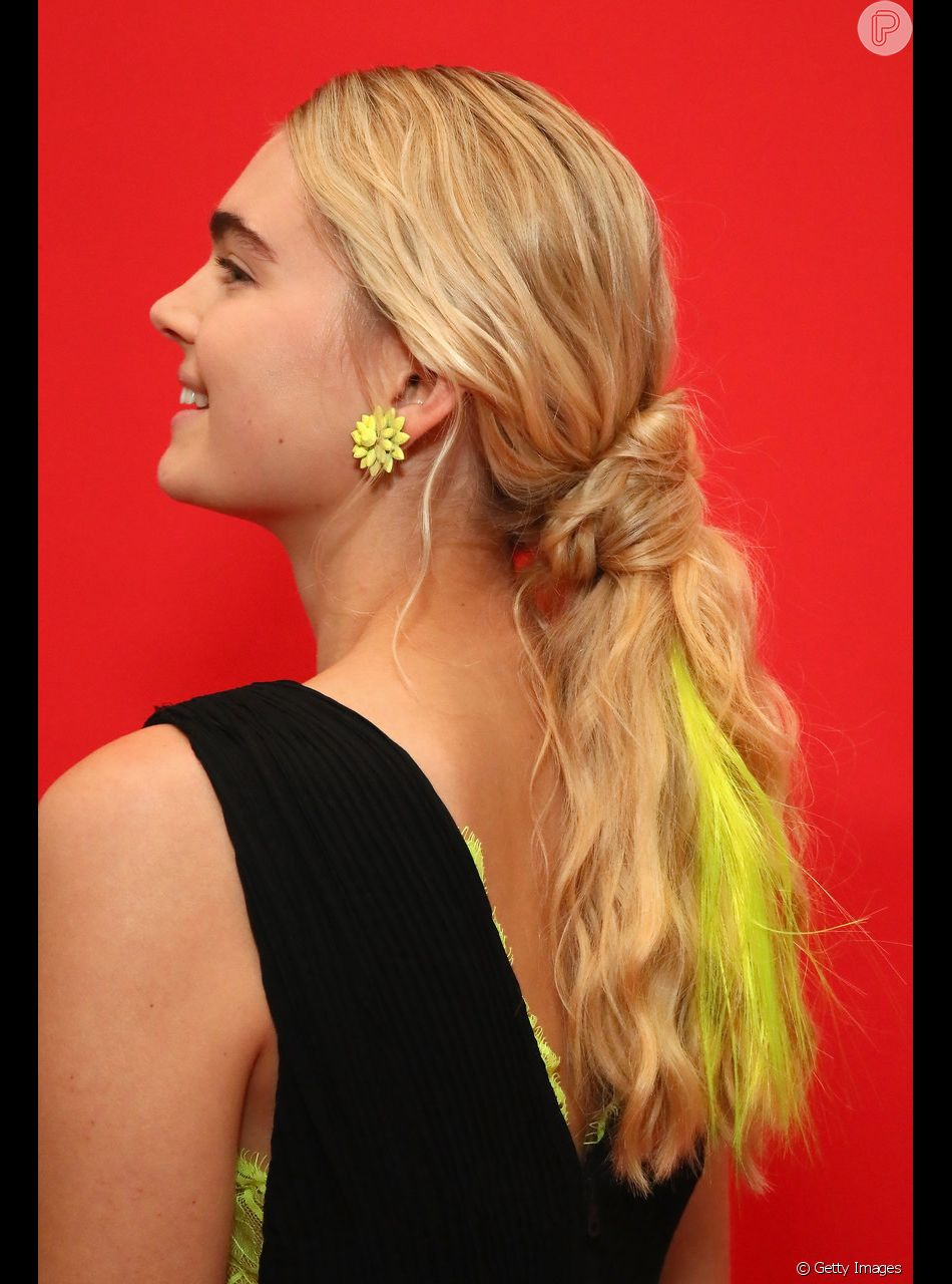 Se você tem cabelo longos e quer deixar o rabo de cavalo diferente, dê um nó na base do penteado