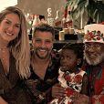Bruno Gagliasso e Giovanna Ewbank receberam em casa para a visitar a filha, Títi, de 4 anos, um Papai Noel negro no último Natal
