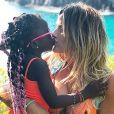 Giovanna Ewbank contou que a filha, Títi, gosta de usar salto alto: 'J á anda direitinho, acredita? Mesmo 10 números a mais'