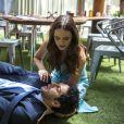 Emílio (João Baldasserini) foi assassinado picado por uma cobra e Marocas (Juliana Paiva) tentou lhe salvar a vida na novela 'O Tempo Não Para'
