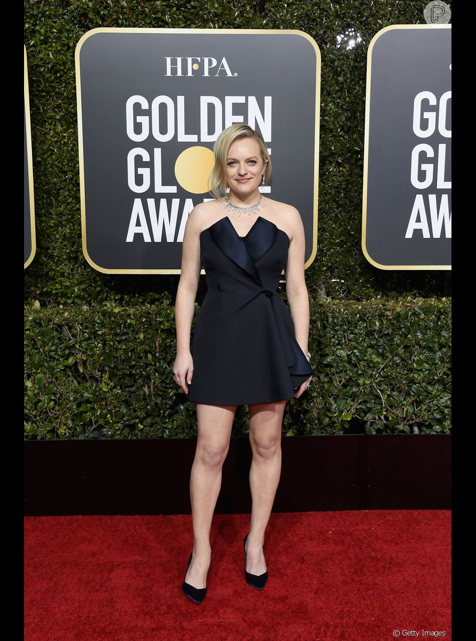 O decote tomara-que-caia também surgiu no vestido curto de Elisabeth Moss, da série The Handmaid's Tale