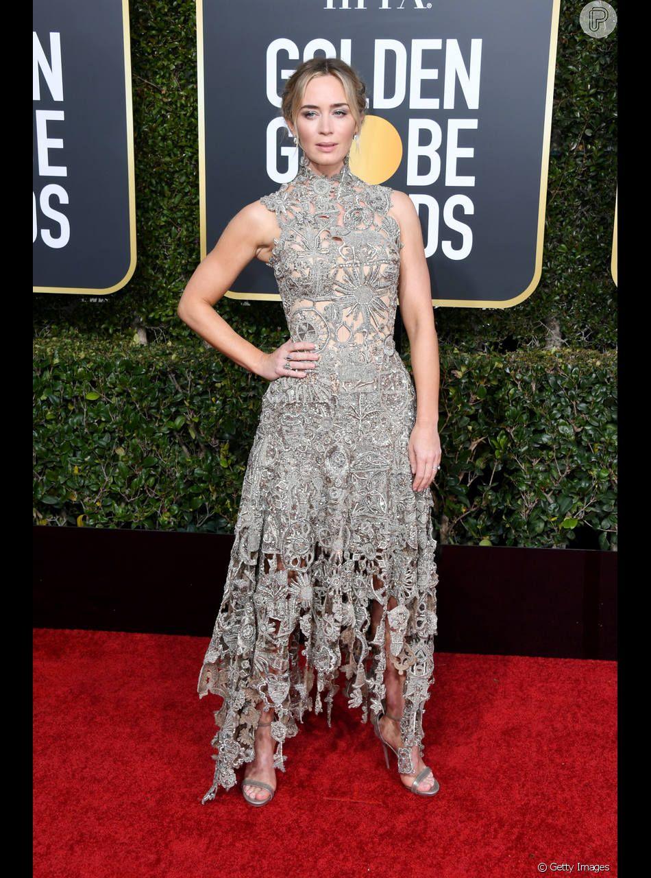 Emily Blunt escolheu um vestido cinza rendado