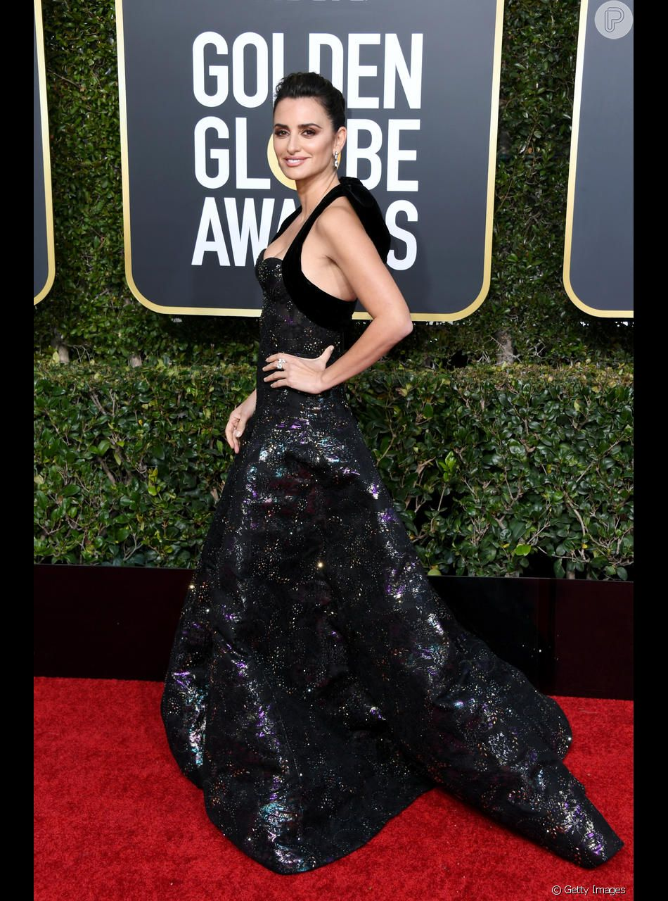 Penélope Cruz apostou no vestido preto metalizado em tons de roxo para o Globo de Ouro 2019