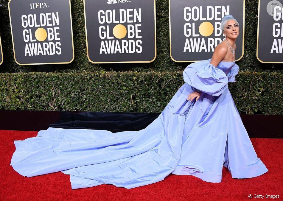 Para o Globo de Ouro 2019, Lady Gaga escolheu um vestido azul-lavanda da grife Valentino