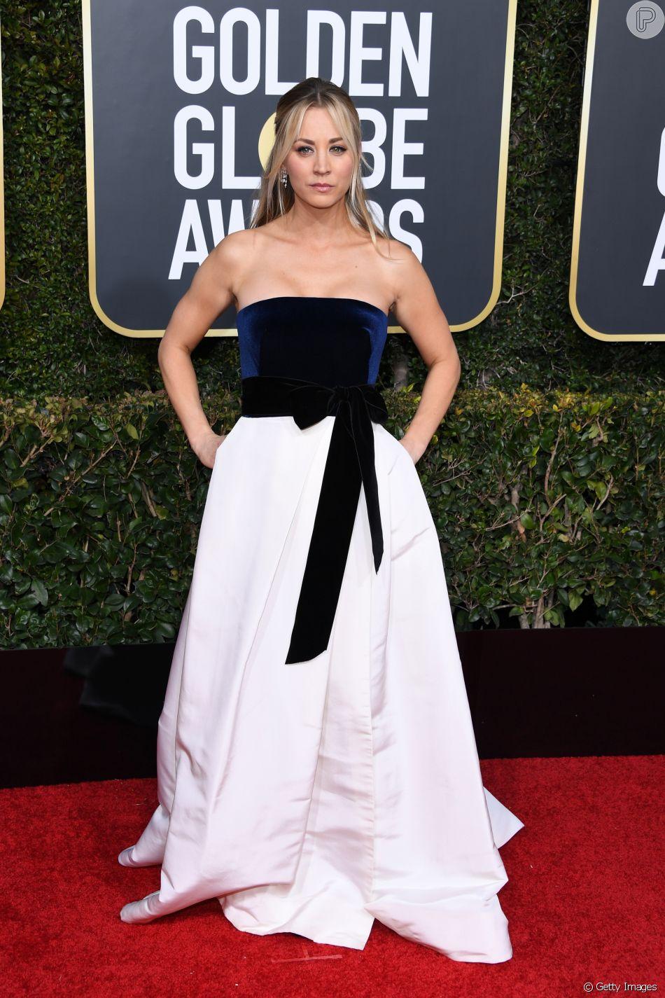 Kaley Cuoco usou um vestido tomara-que-caia bicolor da grife Monique Lhuillier  no Globo de Ouro 2019