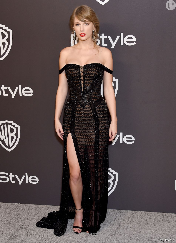 Ombros de fora: Taylor Swift apostou no vestido preto com mangas caídas nas laterais dos ombros