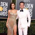 Ao lado de Bradley Cooper, Irina Shayk apostou no vestido metalizado com fenda profunda no Globo de Ouro 2019