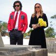Carlota (Giulia Gam) mostra o túmulo de Ivan para Beto (Rodrigo Simas), em 'Boogie Oogie'