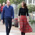 Kate Middleton escolheu uma saia com xadrez em fundo vermelho como protagonista do look