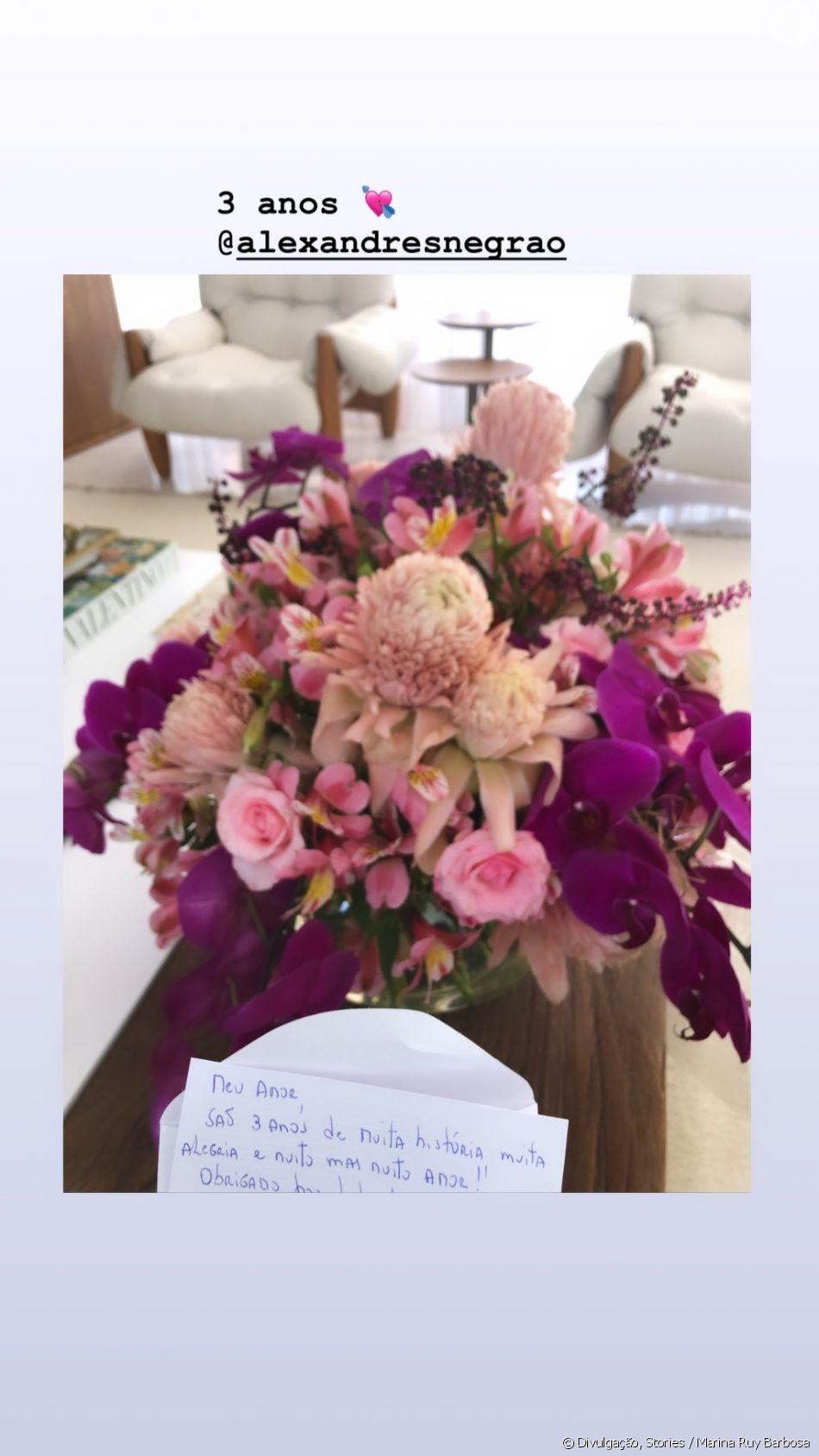 Marina Ruy Barbosa ganha cartinha e flores do marido, Xandinho Negrão