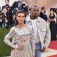Kim Kardashian com look metalizado e o marido Kanye West