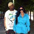 Kanye West e Kim Kardashian de look azul vibrante