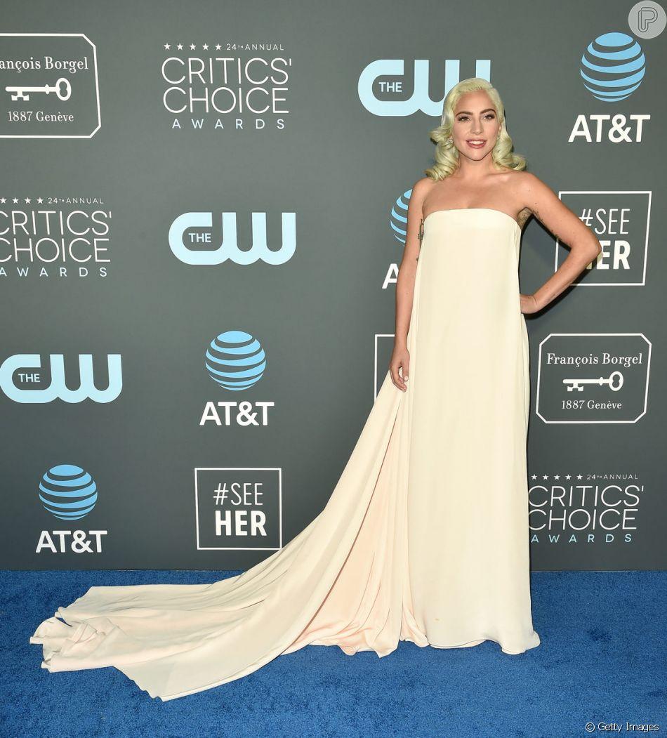 Lady Gaga surgiu com um longo tomara que caia de Calvin Klein no Critics' Choice Awards, que aconteceu na Califórnia no dia 13 de janeiro de 2019