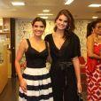 Camila Queiroz posa abraçada à Vanessa Giácomo em estreia de peça no Rio
