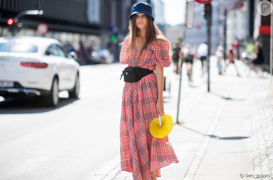 d6b5ad298 Moda e tendência  como usar pochete e arrasar no look de vestido ou ...