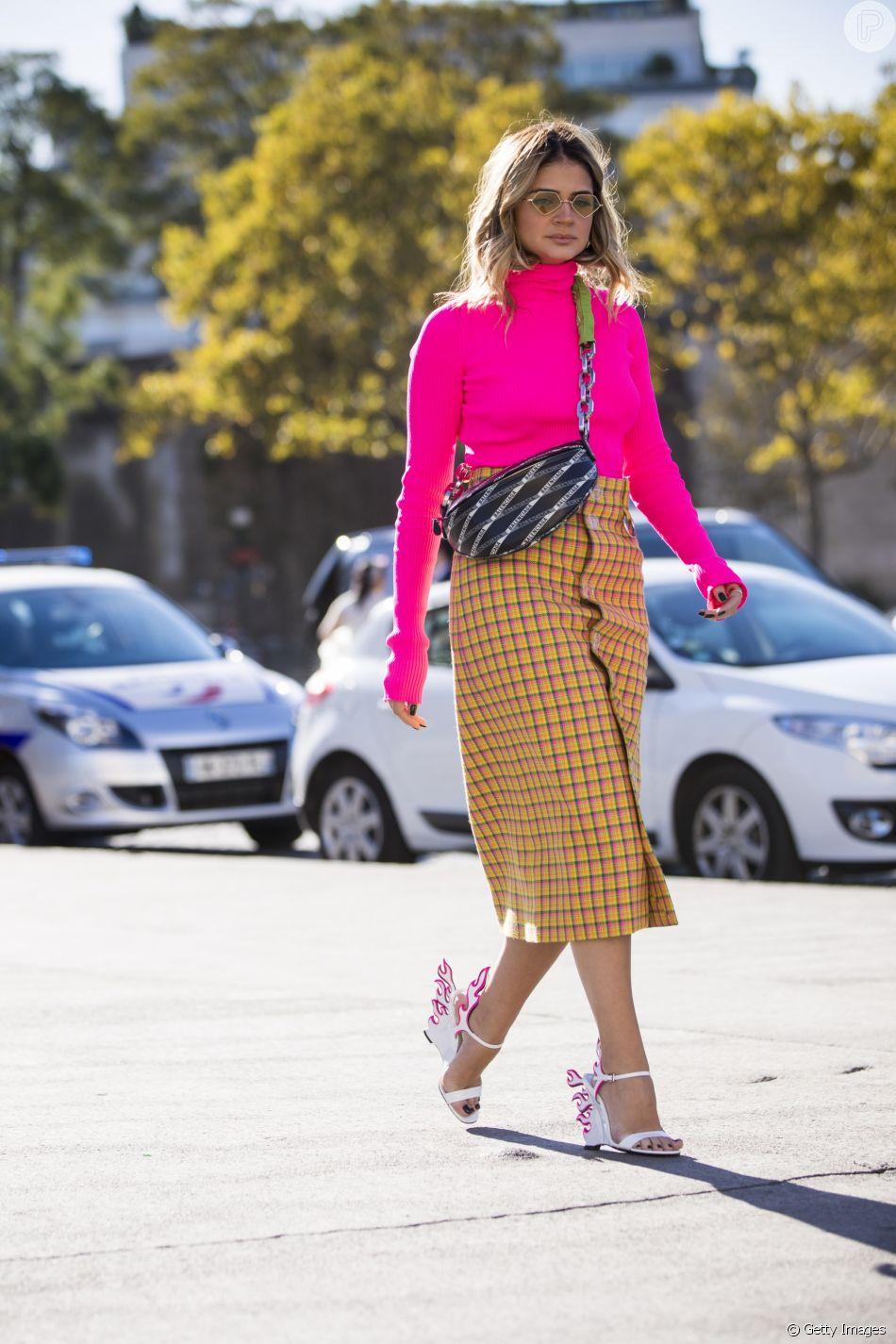 Color blocking: Thassia Naves combinou neon com estampa quadriculada e sandálias poderosas
