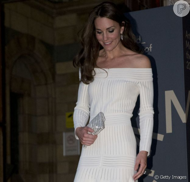 A Duquesa de Cambridge Kate Middleton usa vestido Barbara Casasola e sandálias Schutz.