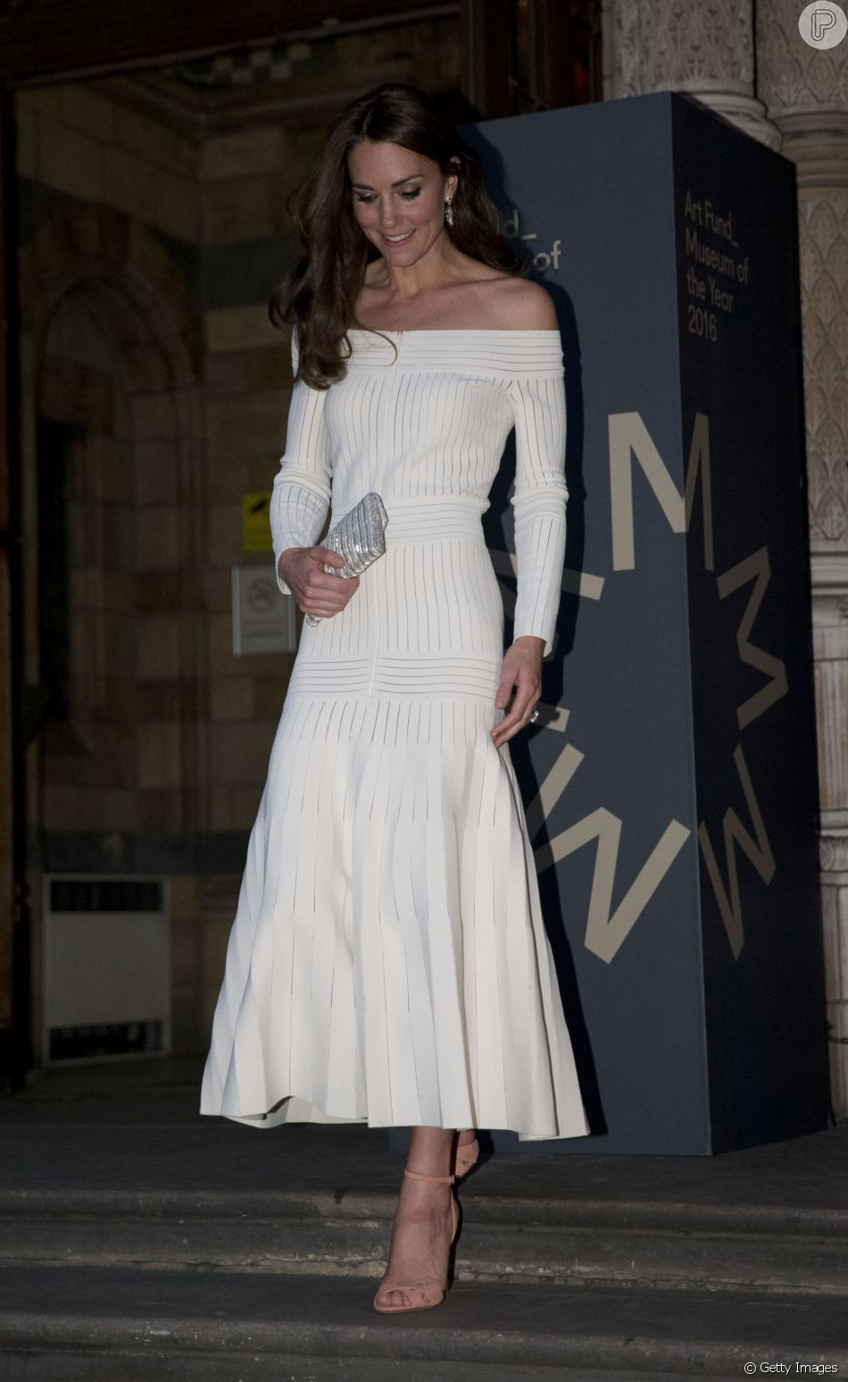 A Duquesa de Cambridge Kate Middleton usa vestido Barbara Casasola e sandálias Schutz.