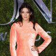 Kendall Jenner usou um curtinho repleto de aplicações de paetê criado por Francisco Costa