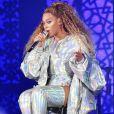Metalizado holográfico no figurino de Beyoncé, composto por botas, body e casaco