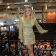 Em uma feira de beleza que aconteceu em setembro de 2018 em São Paulo, Giovanna Ewbank usou um vestido com brilhos dourados e mangas levemente bufantes