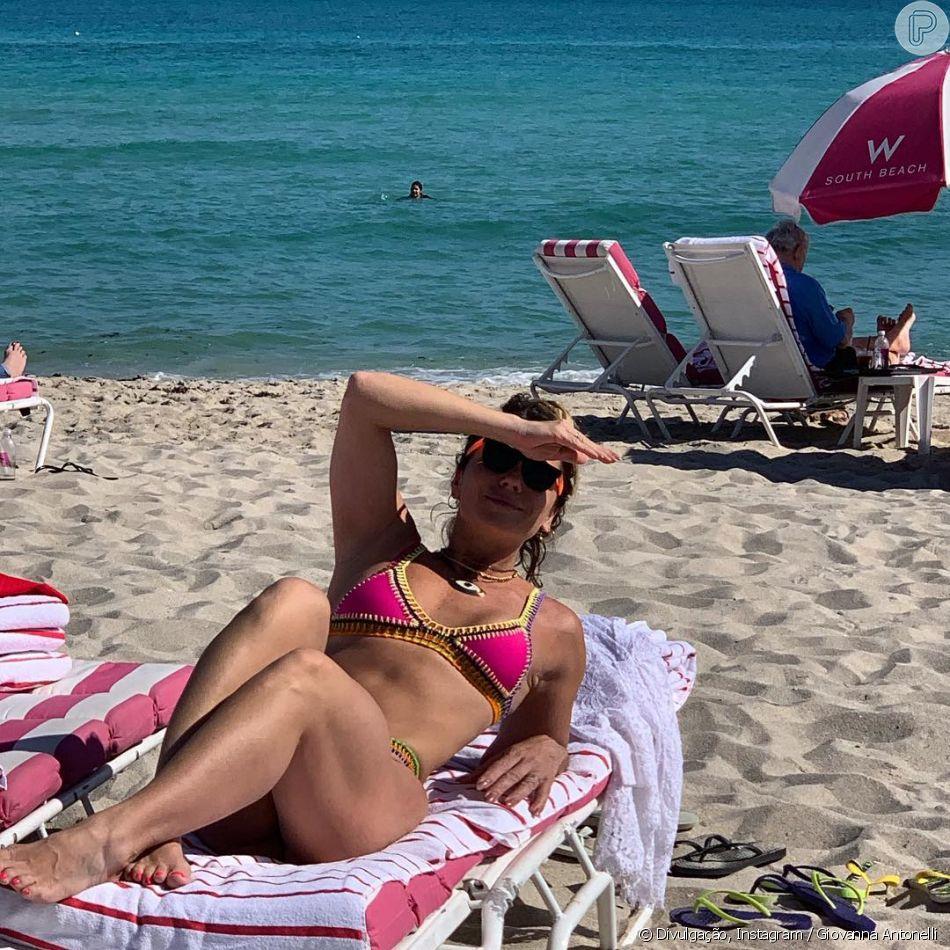 Giovanna Antonelli foi fotografada na praia com biquíni de crochê colorido 933d32ec89