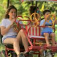 Fernanda Gentil e Priscila Montandon levaram Gabriel para passear de triciclo