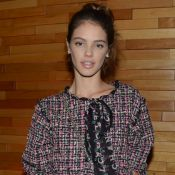 Laura Neiva elege look total tweed da Chanel ao prestigiar Chay Suede no cinema