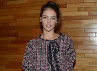 Laura Neiva elege look total tweed da Chanel ao prestigiar Chay Suede no cinema