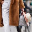 No detalhe: Candice Swanepoel foi mais uma que apostou na calça branca. Destaque para o chapéu.