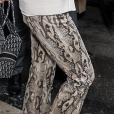 No detalhe: Bella Hadid combinou calça em animal print + tênis