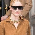 No detalhe: Rosie Huntington-Whiteley usando macacão bege + maxi colar + óculos tipo máscara