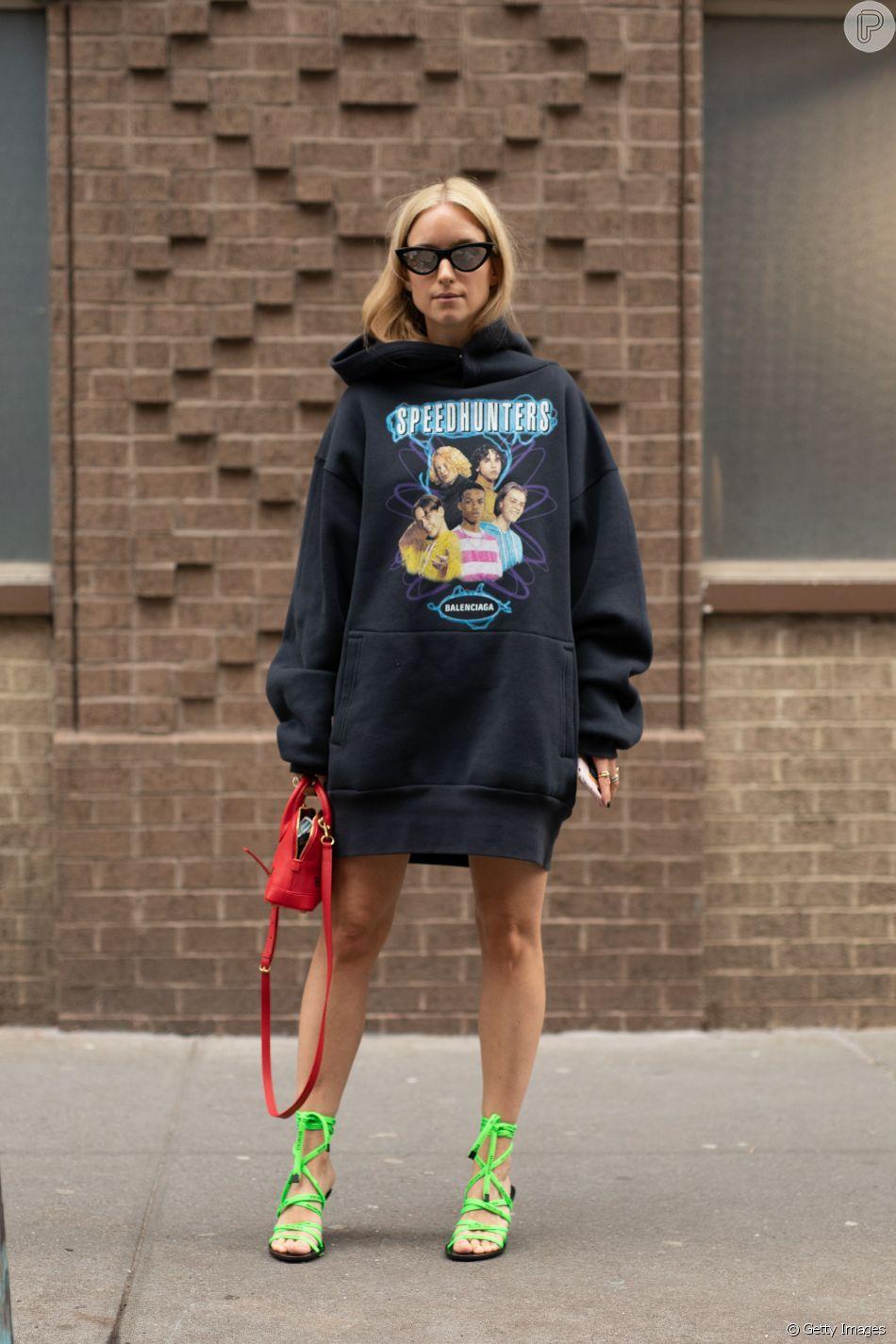 Tendências de moda de Nova York: moletom oversized + bolsa e sandália de tiras em cores vibrantes - tudo Balenciaga.