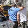 Luciano Huck posa com funcionário da Defesa Civil do Rio de Janeiro