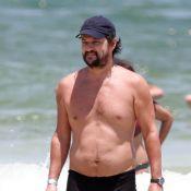 Marcelo Serrado faz aniversário e curte dia de sol com os filhos na praia