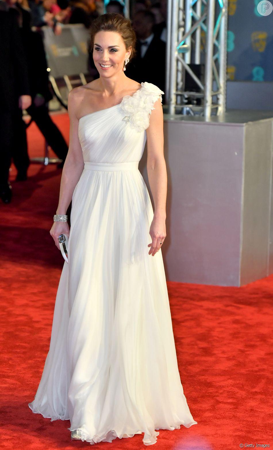 Kate Middleton usou vestido branco plissado assinado por Alexanderno BAFTA 2019