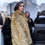 Street Style: Bruna Marquezine aposta em maxicasaco de oncinha em NY. Foto!