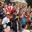 Populares aplaudem Bibi Ferreira após caixão da atriz deixar o Theatro Municipal