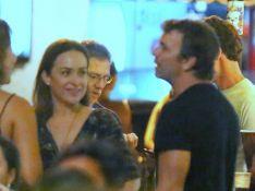 Gabriela Duarte e Marcelo Faria se divertem juntos em barzinho carioca