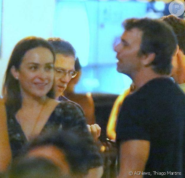 Marcelo Faria e Gabriela Duarte se divertem com amigos em bar da Zona Sul do Rio de Janeiro