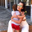 A ex-BBB Adriana Sant'Anna malha ao som de funk com a filha mais nova, Linda, no colo