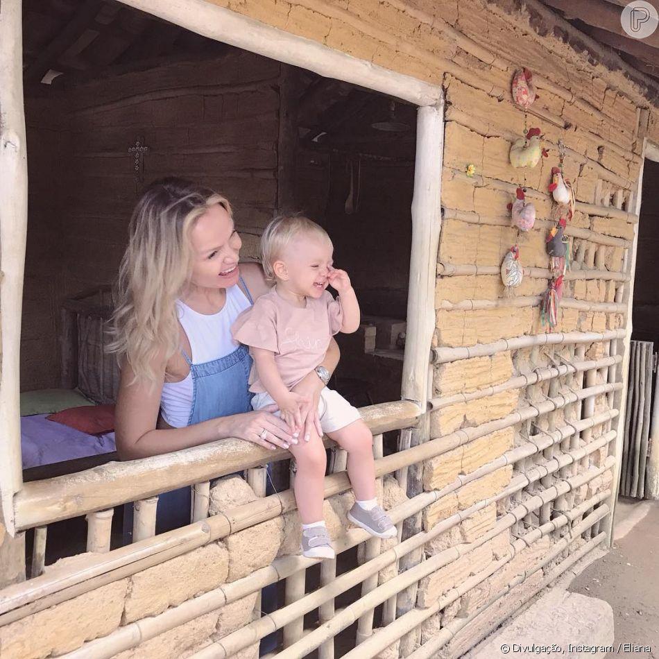 Filha de eliana manuela aparece sorridente em foto na for Familia roca