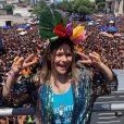 A apresentadora Maisa Silva usou a cor amarelo fluorescente para curtir em cima do trio da Ludmilla, no Rio