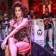 Deborah Secco usou peruca em tom castanho avermelhado com ondas inspirada em Sophia Loren no baile do Copacabana Palace