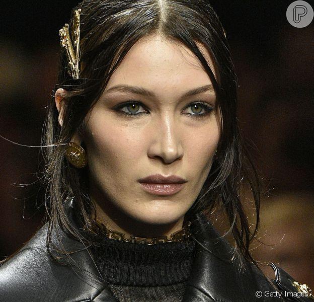 Na Versace, que desfilou em Milão, o lápis preto voltou com tudo na linha d'água inferior!
